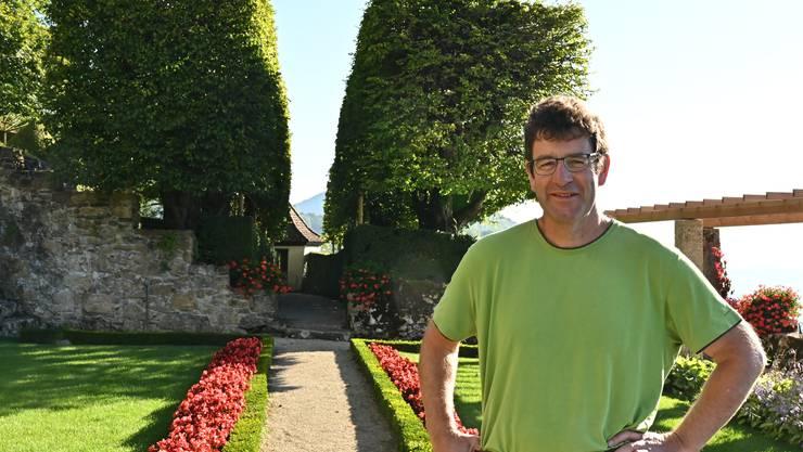 Schlossgärtner Stefan Bernhard steht vor der 270 Jahre alten Hainbuchenallee.