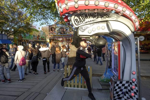 «Bad King» als Anziehungspunkt für die Halbstarken der Gegenwart. Runderherum stehen Bahnhighlights – Klassiker auf der Kaserne bleibt aber der Boxautomat.