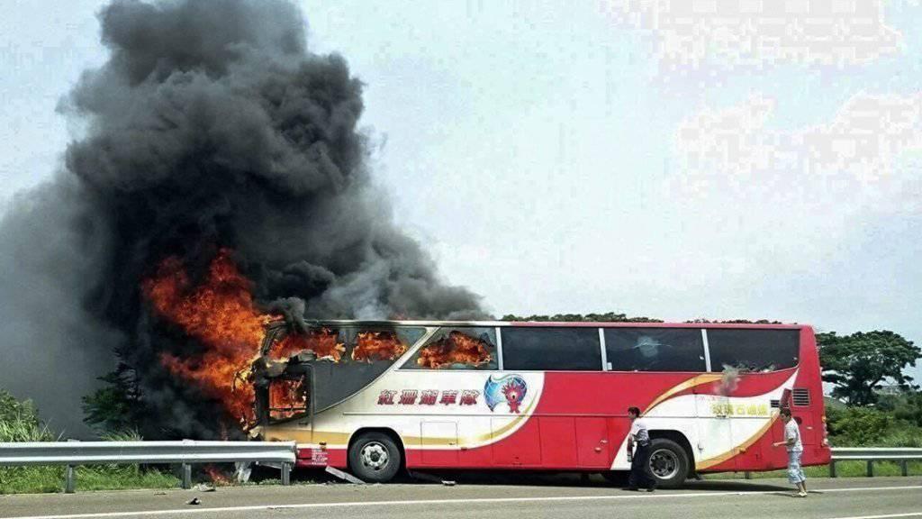 Der brennende Bus an der Unglücksstelle.