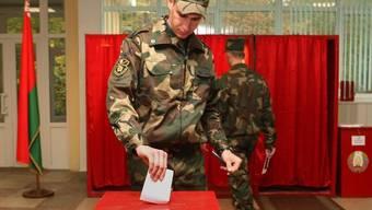 Ein Soldat gibt in einem Wahllokal in Minsk seine Stimme ab