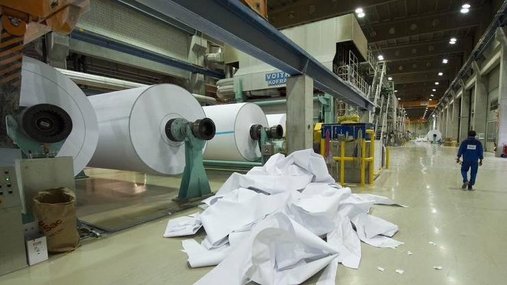 Arbeiter in der Papierproduktionsanlage der Sappi Fine Paper in Biberist