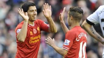 Coutinho gratuliert Liverpools Doppeltorschützen Suarez (links)