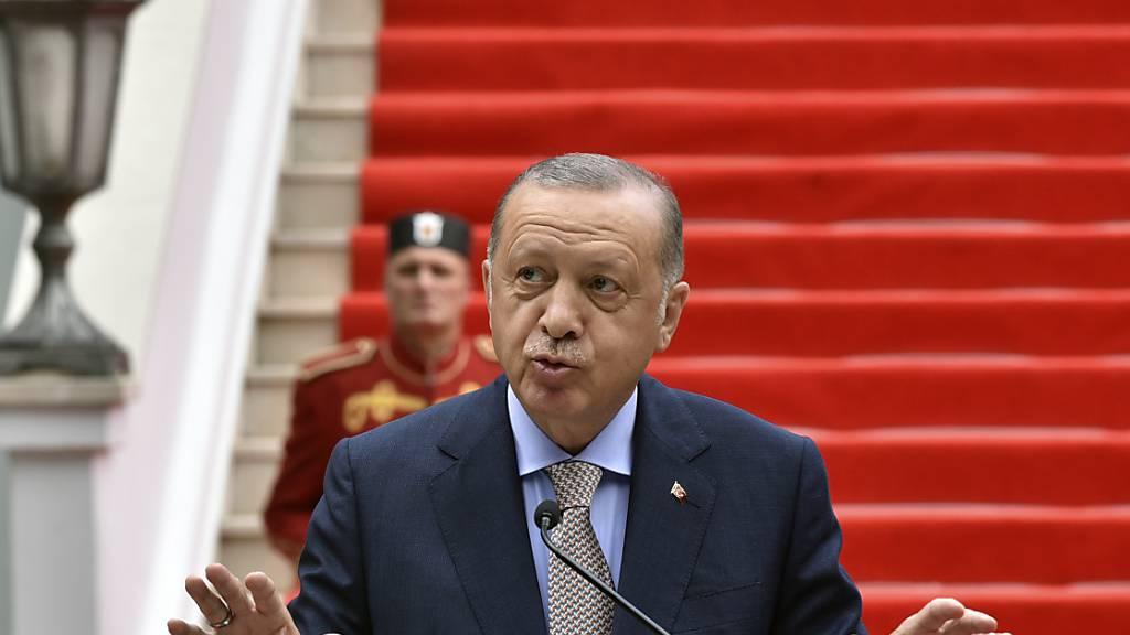 Recep Tayyip Erdogan, Präsident der Türkei, spricht auf einer Pressekonferenz in Cetinje, Montenegro (28.08.2021). Nachdem 2016 Teile des türkischen Militärs gegen die Regierung Erdogans geputscht hatte, entließ dieser per Dekret über 100.000 Staatsbedienstete. Foto: Risto Bozovic/AP/dpa