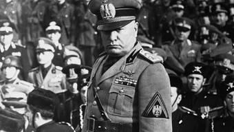 Der italienische Diktator Benito Mussolini im Februar 1943, rund zwei Jahre vor seinem Tod: am Sonntag wird die Familienkrypta in seinem norditalienischen Heimatdorf Predappio der Öffentlichkeit zugänglich gemacht. (Archivbild)