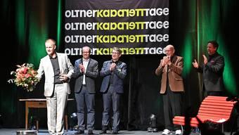 Max Uthoff (links) ist der letzte Preisträger, dem am 16. Mai letzten Jahres das Cornichon ordnungsgemäss überreicht werden konnte.