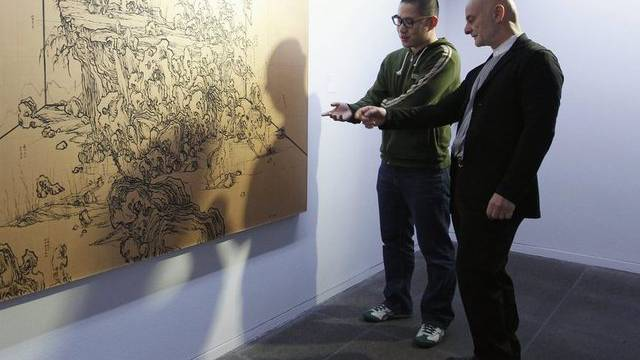 Uli Sigg (r.) betrachtet ein Werk aus seiner Sammlung (Archiv)
