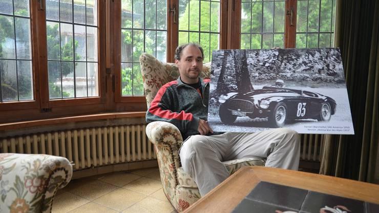 Pirmin Breu in der Villa Wild mit einem Bild, das Otto Wild in seinem Ferrari 340 America bei einem Rennen im Jahr 1953 zeigt. ES