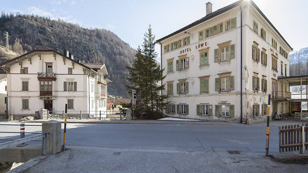 """Die """"Weisse Villa"""" (links) und das """"Post Hotel Löwe"""" in Mulegns an der Julierstrecke. Sie sollen mit einem neuen Konzept gerettet werden."""