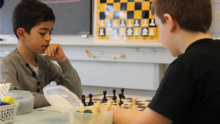Schachspielen statt Mathematik. Die Zweitklässler in Däniken sind mit Feuereifer bei der Sache.
