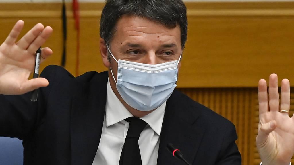 Matteo Renzi, Chef der in Italien mitregierenden Partei Italia Viva, hält eine Pressekonferenz in der italienischen Abgeordnetenkammer in Rom ab. Renzi hatte mit seiner Splitterpartei Italia Viva am Mittwoch die Mitte-Links-Koalition platzen lassen. Foto: Alberto Pizzoli/POOL AFP/AP/dpa
