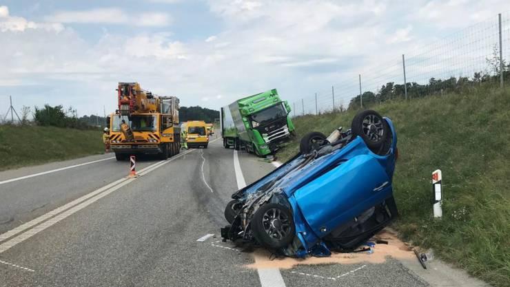 Der Lenker des Personenwagens ist bei einer Frontalkollision mit dem Lastwagen tödlich verunglückt.