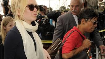 Lindsay Lohan (links) erscheint mit ihrer Anwältin vor Gericht
