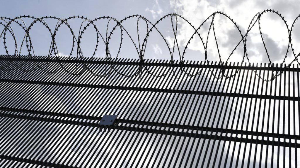 Stacheldraht auf dem Areal der Justizvollzugsanstalt in Lenzburg - in der Sicherheitsabteilung des Gefängnisses war der Prostituiertenmörder untergebracht gewesen. (Archivbild)