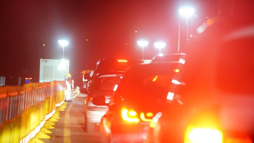 Auto stehen an der Kontrollstelle am Grenzübergang Kiefersfelden Kufstein bei der Einreise aus Tirol nach Bayern. Einreisende aus Österreich nach Deutschland müssen einen negativen Coronatest vorlegen. Foto: Michael Kappeler/dpa