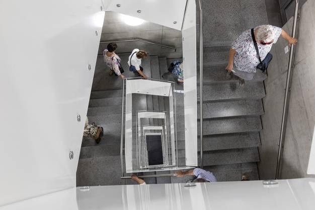 In den weitläufigen Gängen und Treppenhäusern konnte man sich beinahe verirren.