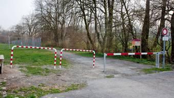Seit diesem Frühjahr trennt eine Schranke Weg und Parkplatz.  (psi)