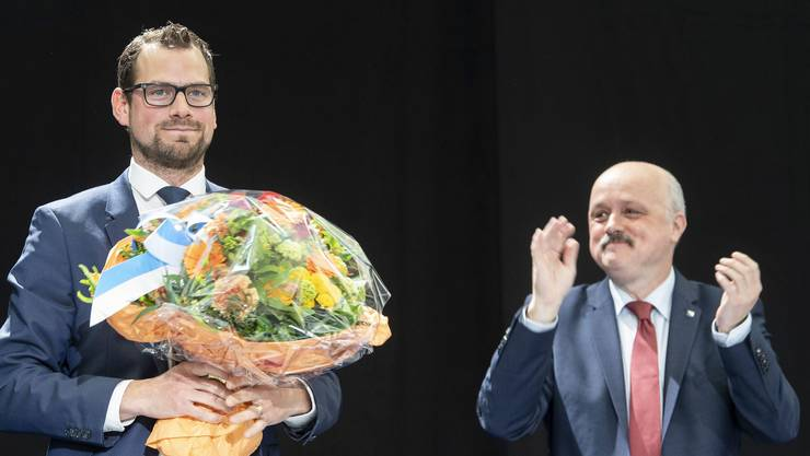 Der neue Kantonsratspräsident Roman Schmid (SVP) erhält Blumen und Applaus von seinem Vorgänger Dieter Kläy (FDP).
