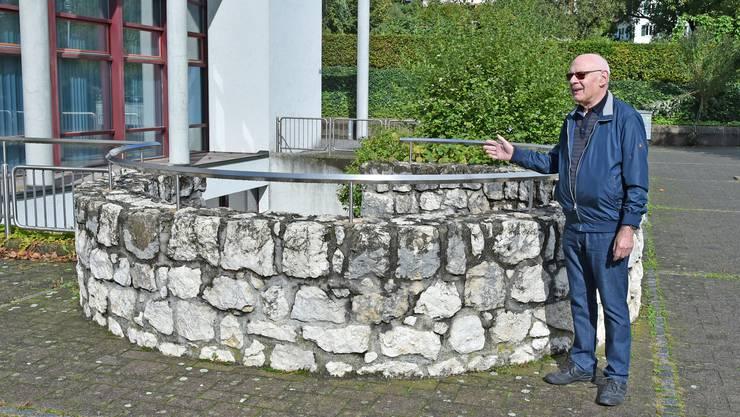 Geschichte aus der Tiefe: Urs Ramseier zeigt den historischen Sodbrunnen beim Mühlemattsaal, worin die Jubiläumskonzerte stattfinden.