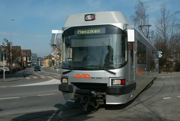 Bild aus vergangenen Tagen: Die Wynental- und Suhrental-Bahn mitten auf der Kreuzung beim «Bären» in Suhr.