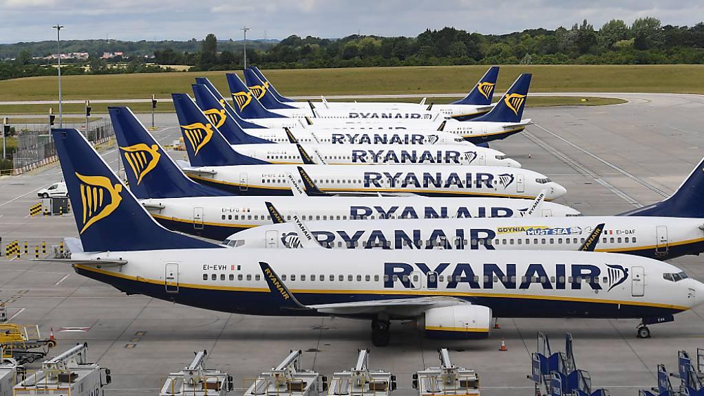 Der Ryanair-Chef Michael O'Leary hofft, dass im Sommer wieder über die Hälfte der Passagierzahlen von 2019 erreicht werden. Im Bild: Parkierte Ryanair-Flugzeuge in London Stansted. (Symbolbild)