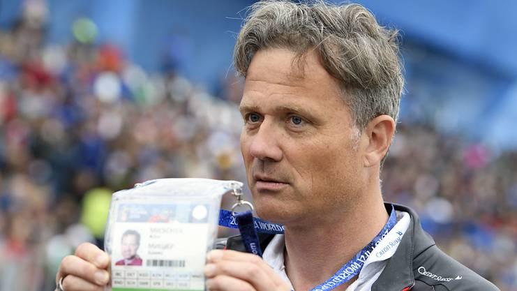 Der Generalsekretär des Schweizer Fussballverbands zeigt Fotografen an der WM in Russland seineAkkreditierung.
