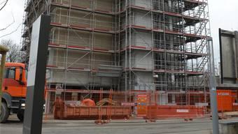 Die 54 Alterswohnungen, die bis im Mai 2018 im Hochhaus K realisiert werden, sind für die Bewohner der benachbarten Alterswohnungen, die später abgerissen werden, reserviert. jam