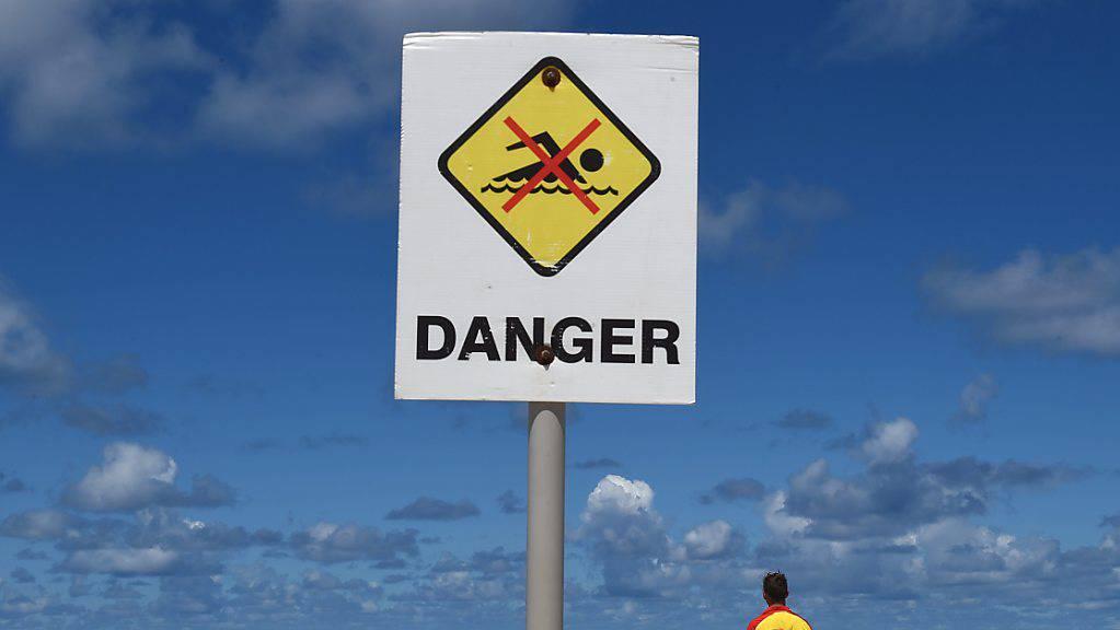 Ein Mann ist beim Surfen südlich der australischen Metropole Sydney am Fuss verletzt worden. (Symbolbild)