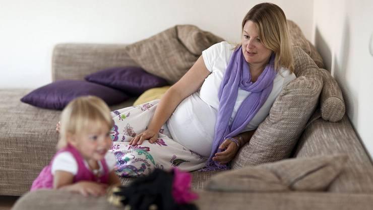 Schwangere Frau mit Klieinkind