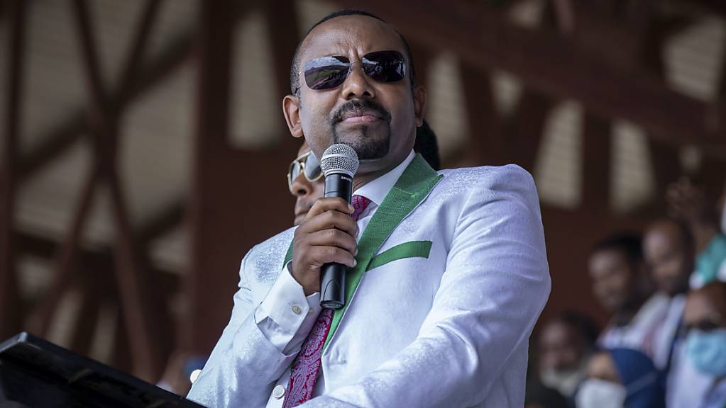ARCHIV - Abiy Ahmed, Ministerpräsident von Äthiopien, spricht bei einer Wahlkampfveranstaltung in einem Stadion. Foto: Mulugeta Ayene/AP/dpa
