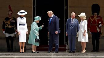 Queen Elizabeth II (in Grün) begrüsst US-Präsident Donald Trump (Mitte) und dessen Ehefrau Melania (links) in London. Mit dabei: Prinz Charles und Camilla.