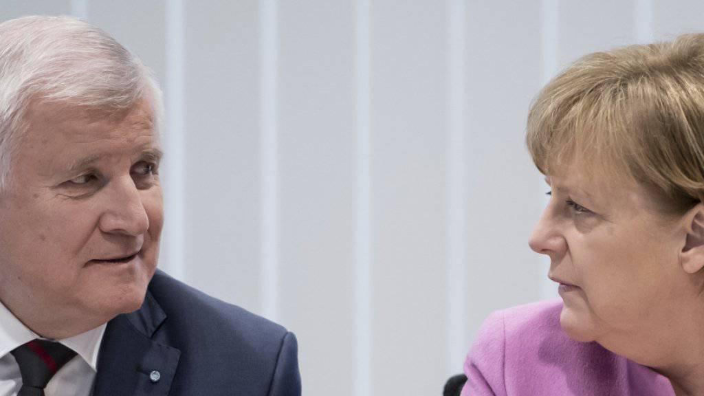 Seehofer und Merkel suchen in München den grössten gemeinsamen Nenner: CDU und CSU lassen sich von der SPD zur Geschlossenheit drängen.