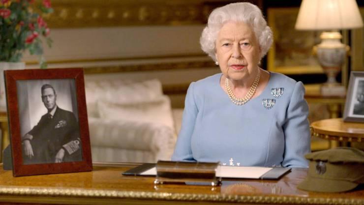 Sitz isoliert in ihrem Schloss: Queen Elizabeth II., hier bei ihrer Ansprache zum Ende des Zweiten Weltkriegs am 8. Mai 1945.