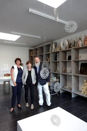 Antoinette Eckert (l.), Präsidentin der Eduard Spörri- Stiftung, mit Kurator Ruedi Velhagen und Künstlerin Ursula Rutishauser (Bild ub)