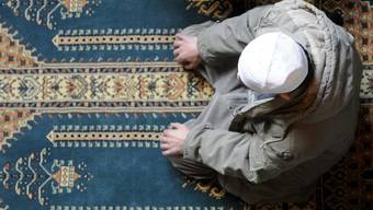 Ein Mann kniet im islamischen Zentrum in Lausanne zum Gebet nieder. (Symbolbild)