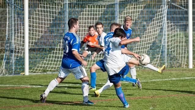 Der Arlsheimer Carlo Loiudice hämmert den Ball vergeblich in Richtung gegnerisches Tor.
