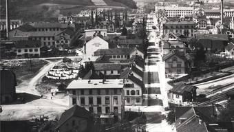 1905: Die Badener benutzten das Gstühl (l.), um die Wäsche trocknen zu lassen. Auch fand auf dem Platz einmal pro Monat der Viehmarkt statt. In den 1960er-Jahren wurde die Bruggerstrasse (Mitte) umgelegt – das Gstühl ging verloren.
