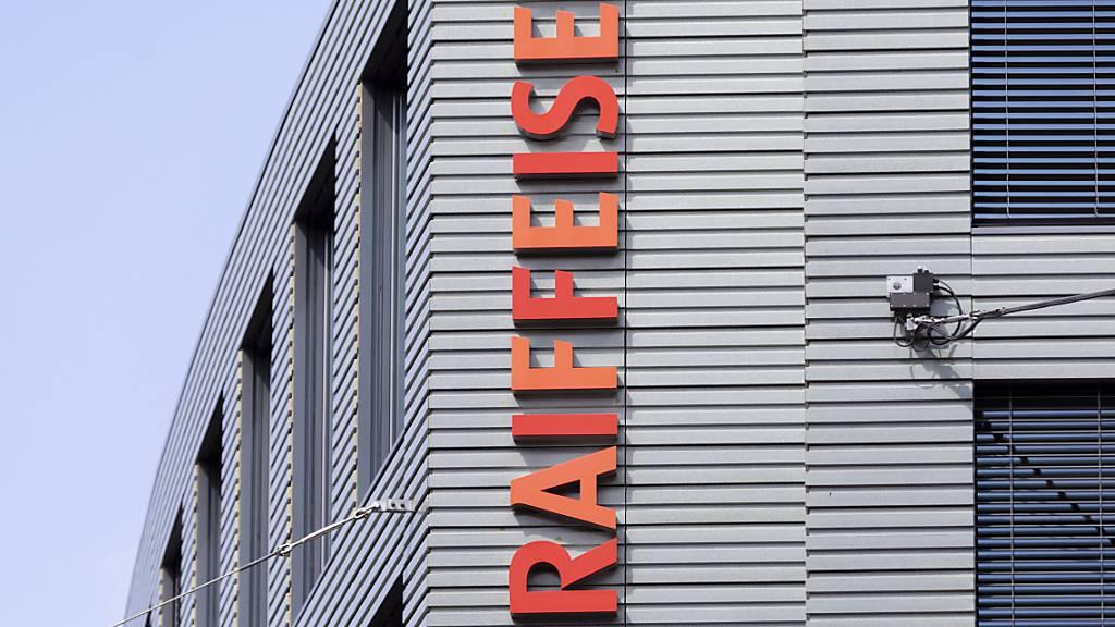 Raiffeisen Schweiz ändert ihr Negativzinsenregime für Privatkunden: Neu empfiehlt die Genossenschaft ihren Raiffeisenbanken und Niederlassungen, bei Privatkunden Negativzinsen zu erheben, die bei der Bank kurzfristig grosse Geldbeträge deponieren wollen. (Archivbild)