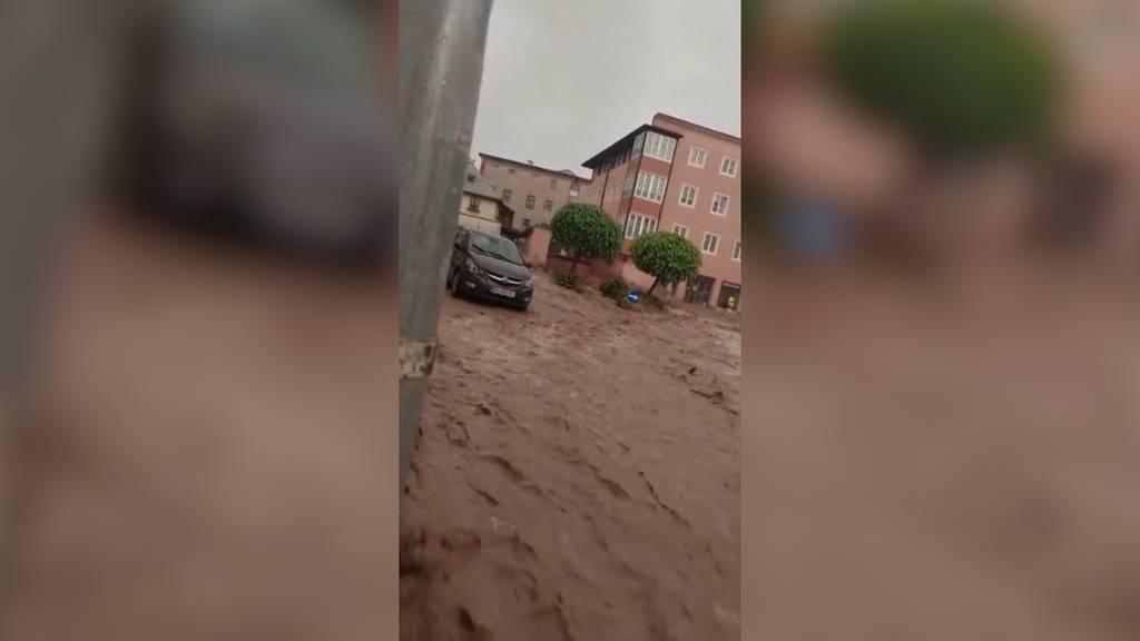 Jetzt treffen die Überschwemmungen Österreich: Altstadt von Hallein überflutet