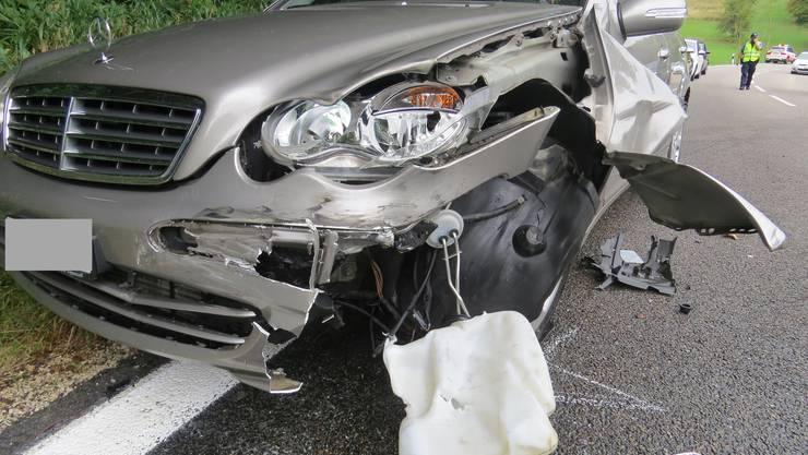 Ein Mercedes-Fahrer, welcher auf der Staffeleggstrasse Richtung Küttigen fahrend ein Traktor überholen wollte, prallte in dessen Heck.