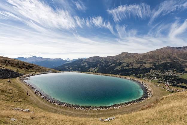 """Nach einer Wanderung im Naturpark """"Beverin"""" im Graubünden findet man Abkühlung im Bergsee."""