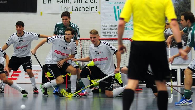 Da nützte Uster alles Mauern nichts: Matthias Hofbauer (links) lässt den Pass von Christoph Hofbauer vorbei, und aus dem Hinterhalt erzielt Simon Bichsel das 1:0.