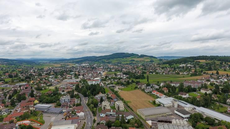 Drohnenaufnahme der Gemeinde Menziken mit Blick richtung Reinach, aufgenommen zwischen Bahnhof und Hauptstrasse, am 27. Juli 2017.