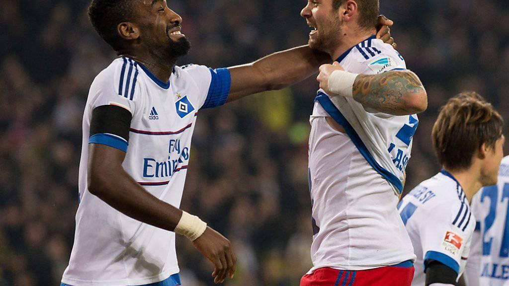 Der Schweizer Johan Djourou (links) feiert mit 1:0-Torschütze Pierre-Michel Lasogga