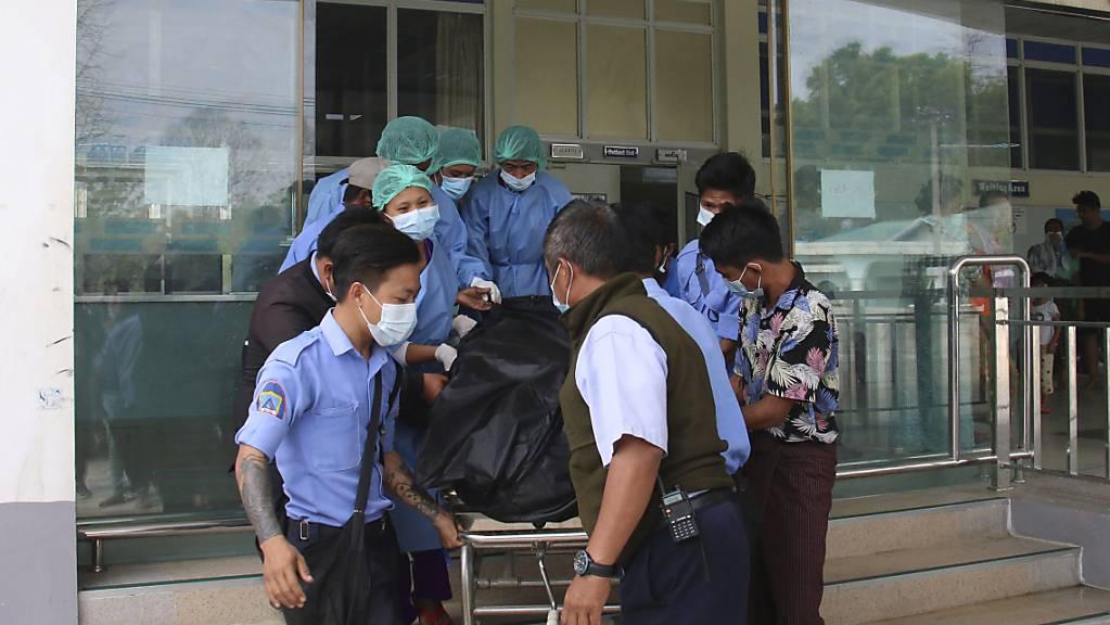 Ein Leichensack, der die Überreste einer jungen Frau enthält, wird aus dem 1000-Betten-Krankenhaus in Naypyitaw herausgebracht. Foto: Uncredited/AP/dpa