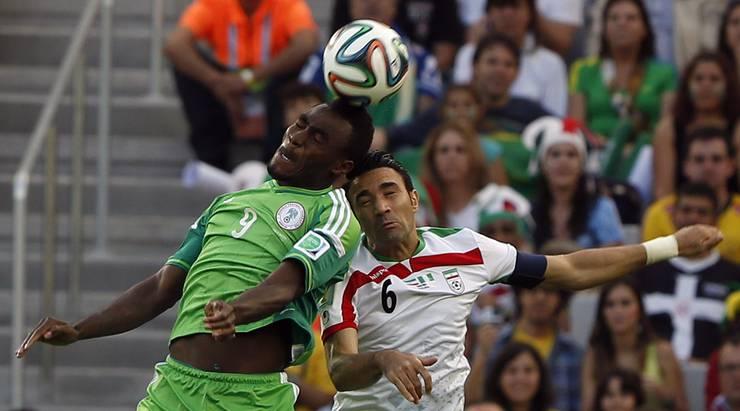 Der Nigerianer Emmanuel Emenike (links) sichert sich die Lufthoheit gegen Irans Javad Nekounam.