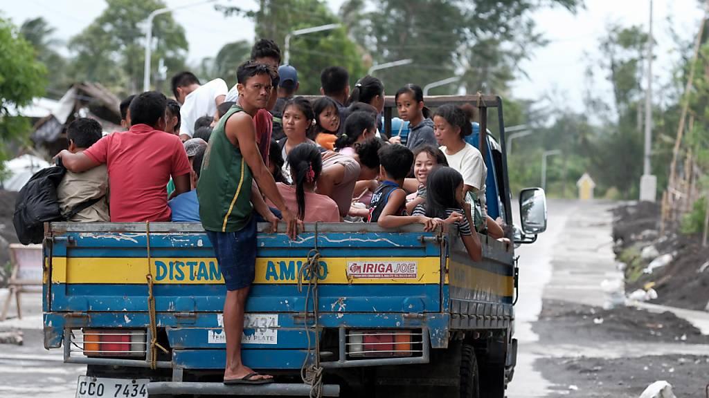Taifun trifft auf den Philippinen auf Land