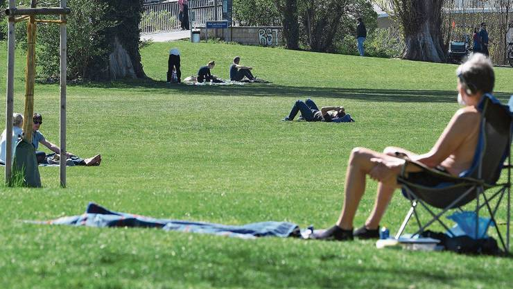 Im Rheinpark in Birsfelden legten sich einige in die Sonne. Die allermeisten hielten dabei Abstand zueinander.