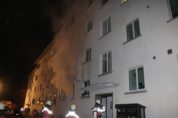 Opfikon ZH, 12. März: Ein Küchenbrand in der Parterrewohnung eines Mehrfamilienhauses hinterliess einen Sachschaden von mehreren zehntausend Franken. Zwei Frauen wurden mit Verdacht auf Rauchgasvergiftung ins Spital gebracht.