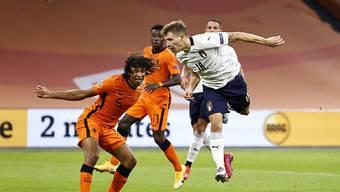 Mit diesem Kopfball erzielte Nicolo Barella (rechts) Italiens 1:0.