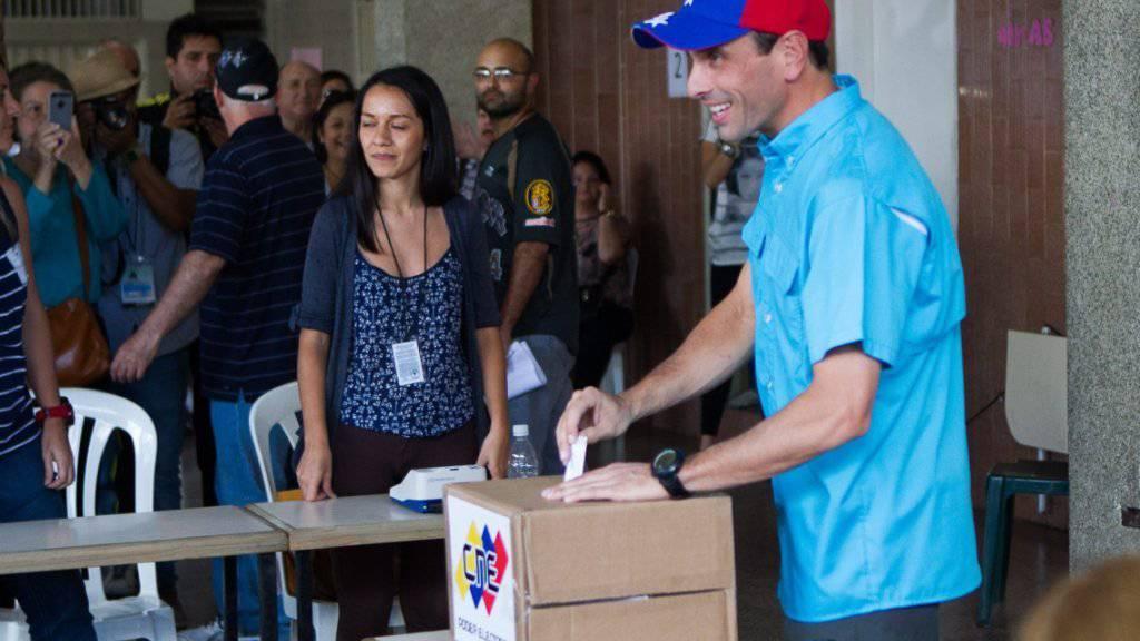 Oppositionsführer Henrique Capriles gibt in Venezuela seine Stimme ab - er rechnet mit einer hohen Wahlbeteiligung.